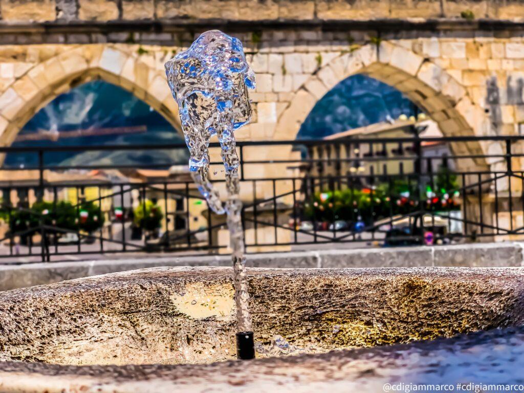 Fontana davanti alla piazza centrale davanti all'acquedotto a Sulmona (AQ)